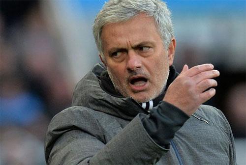 Mourinho luôn gây chú ý bằng những cuộc đấu khẩu. Ảnh: Reuters