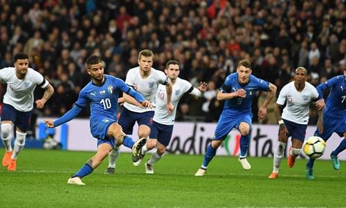 Insigne gỡ hòa cho Italy trên chấm phạt đền. Ảnh: Sports Mail.