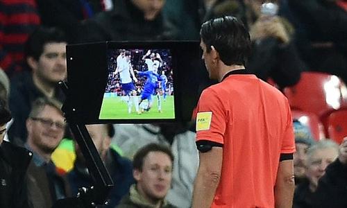 Trọng tài Aytekin xem lại tình huống Chiesa ngã trong vòng cấm tuyển Anh. Ảnh: PA.