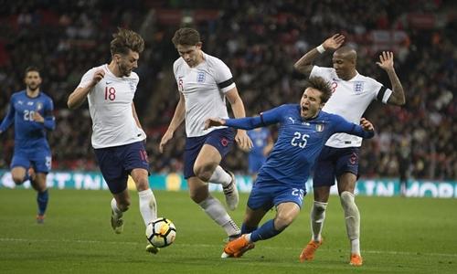 Tình huống Chiesa ngã trong vòng cấm tuyển Anh. Ảnh: Sports Mail.