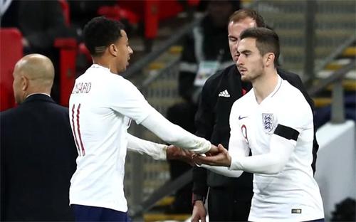Cook (áo trắng, phải) ra mắt tuyển Anh trong trận gặp Italy. Ảnh: Reuters