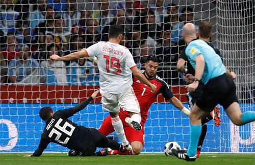 Hàng thủ Argentina không thể ngăn Costa ghi bàn đầu tiên.