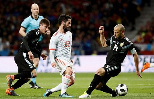 Isco (áo trắng) lập hat-trick vào lưới Argentina. Ảnh: Reuters
