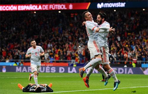 Argentina (áo đen) không thể ngăn Tây Ban Nha trút mưa bàn thắng. Ảnh: Reuters