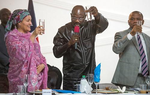 George (giữa) đang là Tổng thống Liberia. Ảnh: Reuters
