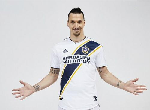 Ibrahimovic ra mắt trong màu áo LA Galaxy. Ảnh:AP.