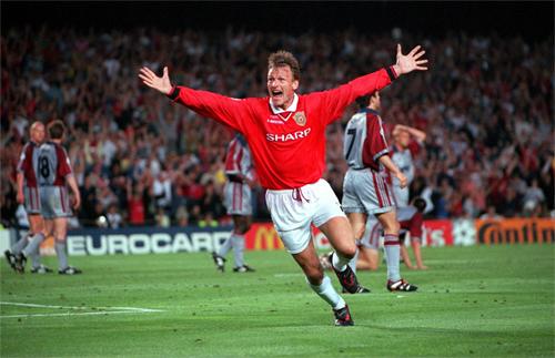 Sheringham mừng bàn gỡ hòa 1-1 vào lưới Bayern năm 1999.