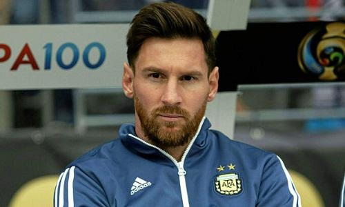 Messi động viên đồng đội trong phòng thay đồsau trận thua Tây Ban Nha. Ảnh: Marca.