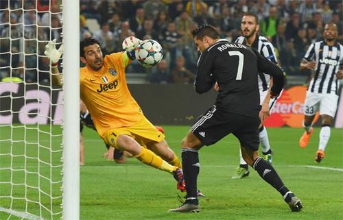 Buffon từng để lọt lưới không ít lần khi đối mặt với Ronaldo. Ảnh: Reuters