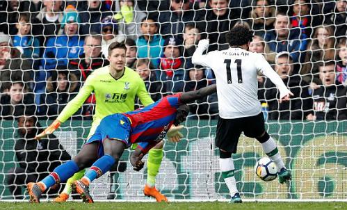 Salah ghi bàn trước nỗ lực truy cản của trung vệ Sakho. Ảnh:Reuters.