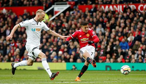 Sanchez có màn trình diễn chói sáng trước Swansea. Ảnh:Reuters.