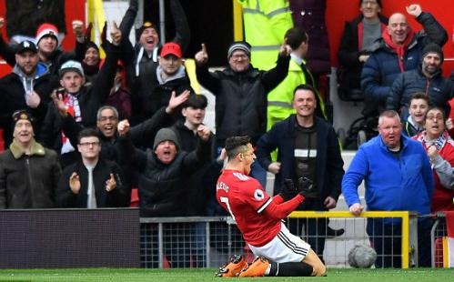 Tiền đạo nhận lương cao nhất Ngoại hạng Anh chia vui cùng các cổ động viên tại Old Trafford. Ảnh:PA.