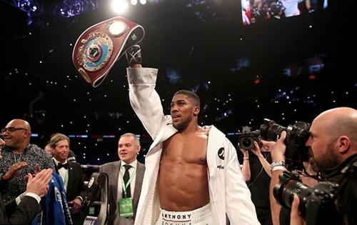 Joshua giơ cao đai WBO mới giành được. Ảnh: EPA.