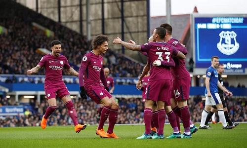 Man City chỉ còn cách chức vô địch một trận thắng trước Man Utd. Ảnh: Reuters.