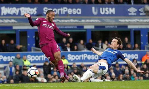 Everton bất lực trước lối chơi chuyền bóng nhuần nhuyễn của Man City. Ảnh: Reuters.
