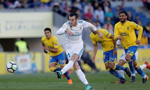 Bale sút thẳng vào giữa khung thành trong pha phạt đền.