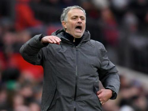 HLV Mourinho trong trận đấu với Swansea. Ảnh:Reuters.