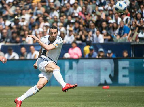 Ibrahimovic quyết định sút bởi không đủ thể lực để chạy. Ảnh:AFP.