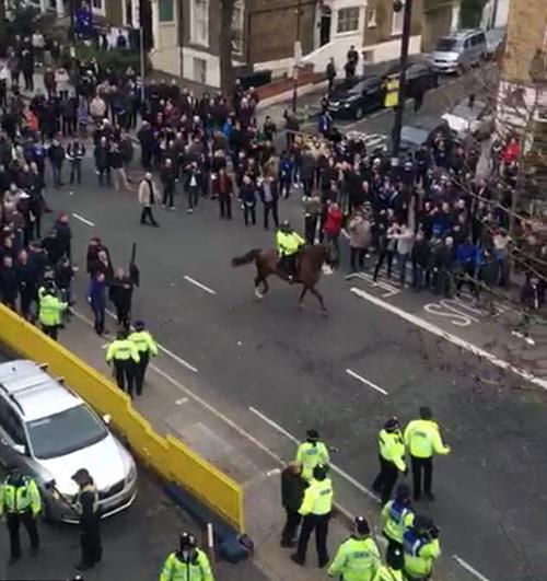 CĐV Chelsea và Tottenham ẩu đả hôm 1/4. Ảnh: Sports Mail.
