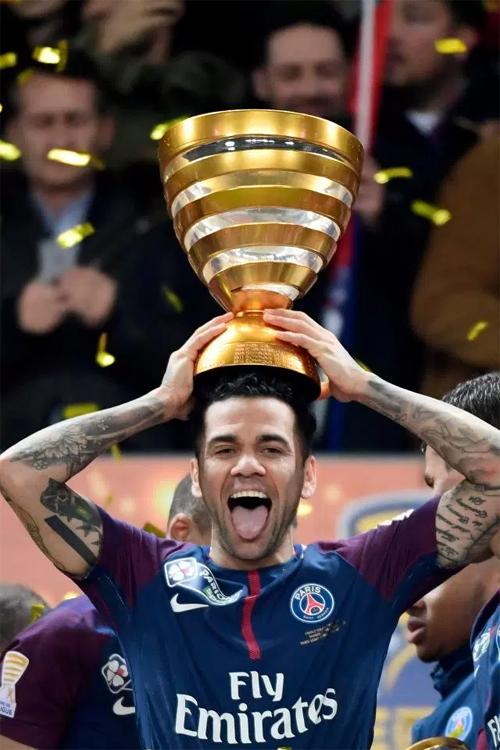 Alves và danh hiệu thứ 36. Ảnh: DS