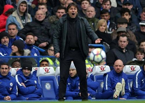 Conte bất lực nhìn Chelsea thất bại dưới tay Tottenham. Ảnh: PA.