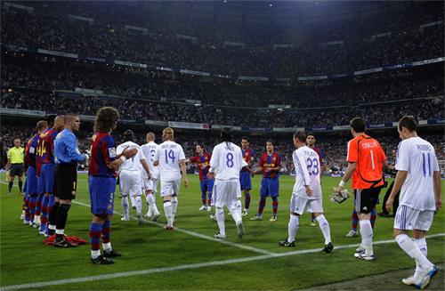 Barca từng xếp hàng chúc mừng Real vô địch sớm cuối mùa 2007-2008. Ảnh: Reuters
