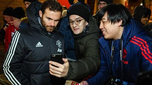 Mata (trái) thích viết blog và đăng tải trên trang chủ của CLB. Ảnh: Man Utd.