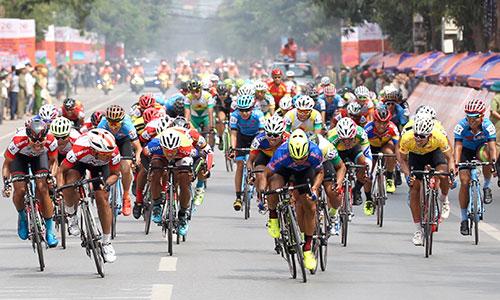 Các tay đua tung nước rút về đích tại thành phố Vinh, Nghệ An. Ảnh: Văn Thuận.
