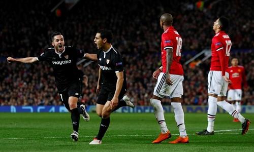 Sevilla (áo đen) đã hạ Man Utd tại vòng 1/8 Champions League. Ảnh: PA.