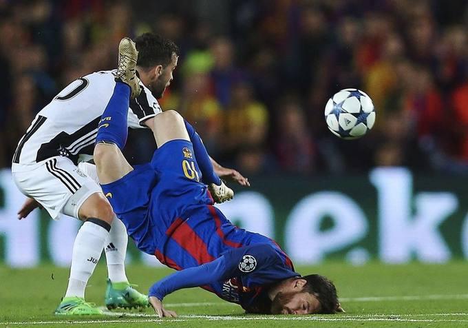 Ronaldo ghi siêu phẩm, Messi ngã 'sấp mặt' trước Juventus