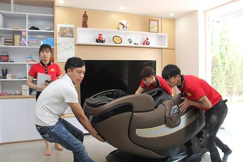 Ghế được lắp ráp và chuyển vào căn hộ của HLV Park Hang Seo.