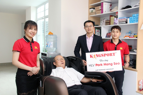 Ông Park thích thú ngồi thử ghế massage.