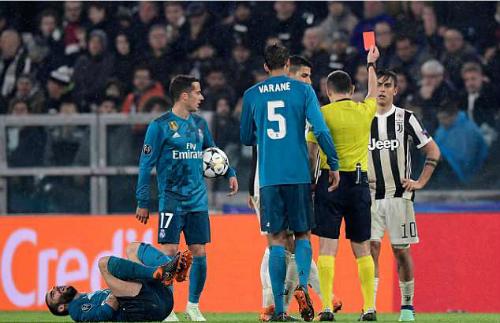 Dybala nhận thẻ đỏ trong hiệp hai. Ảnh:AFP.