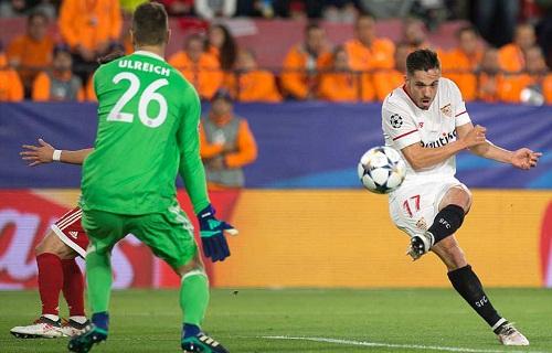 Sarabia mở tỷ số cho Sevilla bằng một pha vô-lê chân trái. Ảnh: AFP.