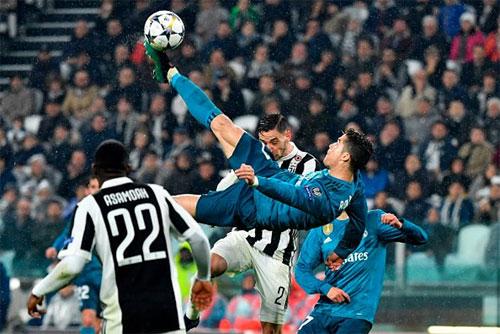 Pha tung người móc bóng nâng tỷ số lên 2-0 của Ronaldo khiến Juventus không thể gượng dậy. Ảnh: Reuters