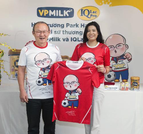 HLV Park Hang-seo và bà Nguyễn Thị Thu Phương - Tổng giám đốc VPMilk tại buổi lễ ký kết.