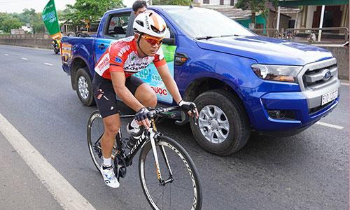 Lê Văn Duẩn nén đau đạp xe một mình để bắt kịp toán đông sau khi bị tai nạn. Ảnh: Văn Thuận.