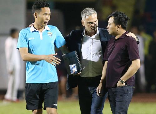 HLV Mihail (giữa) khiến lãnh đạo CLB Thanh Hoá không thể hài lòng.