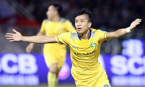 Tuyển thủ U23 Phan Văn Đức mở màn cho trận thắng đầu tiên của SLNA ở NutiCafe V-league 2018. Ảnh: Anh Khoa.