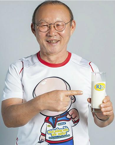 HLV Park có thói quen uống sữa mỗi ngày.
