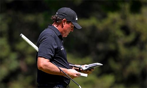 Phil Mickelson luôn phải ghi chép số liệu ra sổ tay khi tham dự giải major ở Augusta.