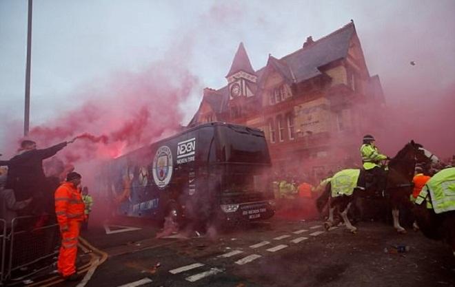 CĐV Liverpool đốt pháo, ném chai lọ vào xe chở thầy trò Guardiola