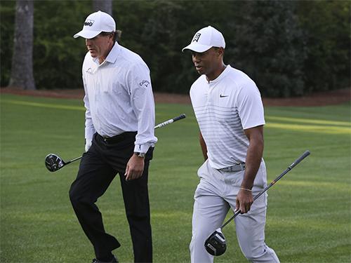 Mickelson và Woods đều tích cực tập luyện để làm quen với sân Augusta trước ngày thi đấuhôm nay. Ảnh: AP.