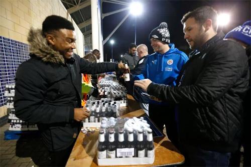 CĐV Leicester nhận bia miễn phí mỗi khi có sự kiện vui của đội bóng.