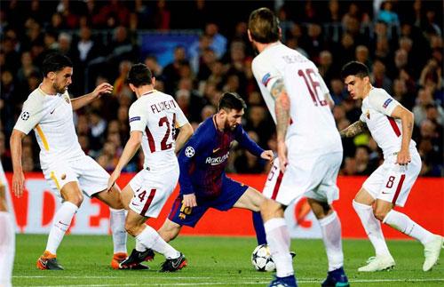 Roma thường xuyên tập trung số đông cầu thủ bảo vệ vòng cấm.