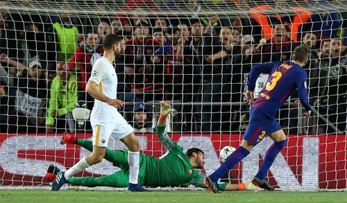 Trung vệ Pique có bàn thắng đơn giản từ cú đệm bóng.