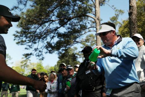 Nam cổ động viên rửa bóng bằng bia trước khi trả lại cho Jason Day.