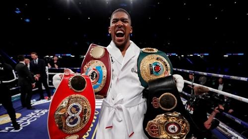Joshua bên bốn chiếc đai vô địch thế giới. Ảnh: Reuters.