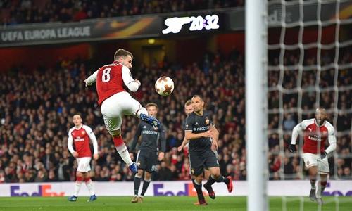Pha dứt điểm bằng má ngoài, nâng tỷ số lên 3-1 của Ramsey. Ảnh: Sports Mail.