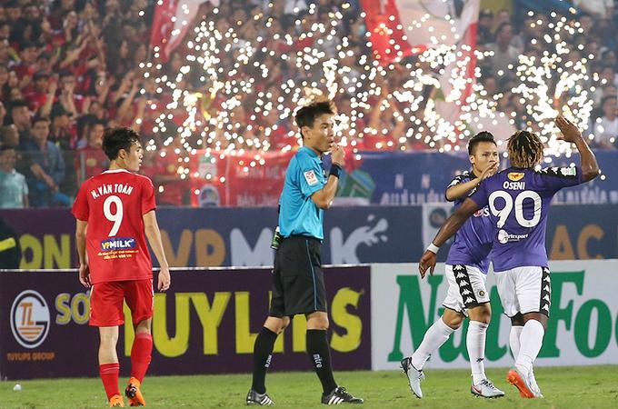 Quang Hải tặng quà cho CĐV tật nguyền vượt hơn 100km đi xem bóng đá